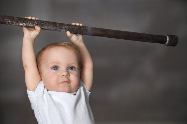 Barn som lyfter vikt