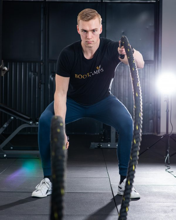 Coach Simon tränar med battleropes