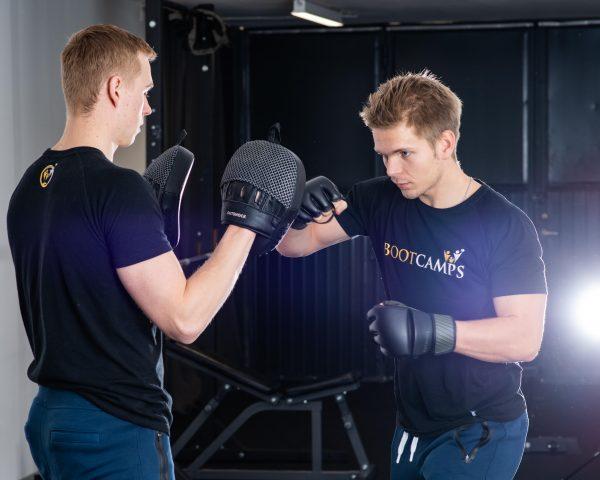 Coach Isac och Simon boxas